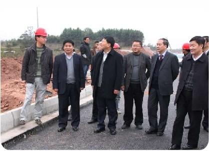正公路领导视察沿石安装现场